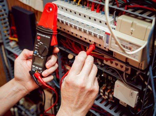 Elettricista controlla impianto