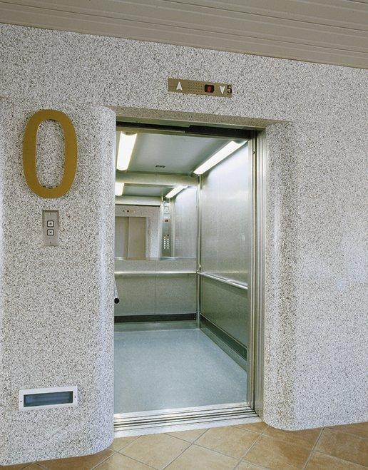 un edificio con ascensori ,specchio e profili in acciaio inox