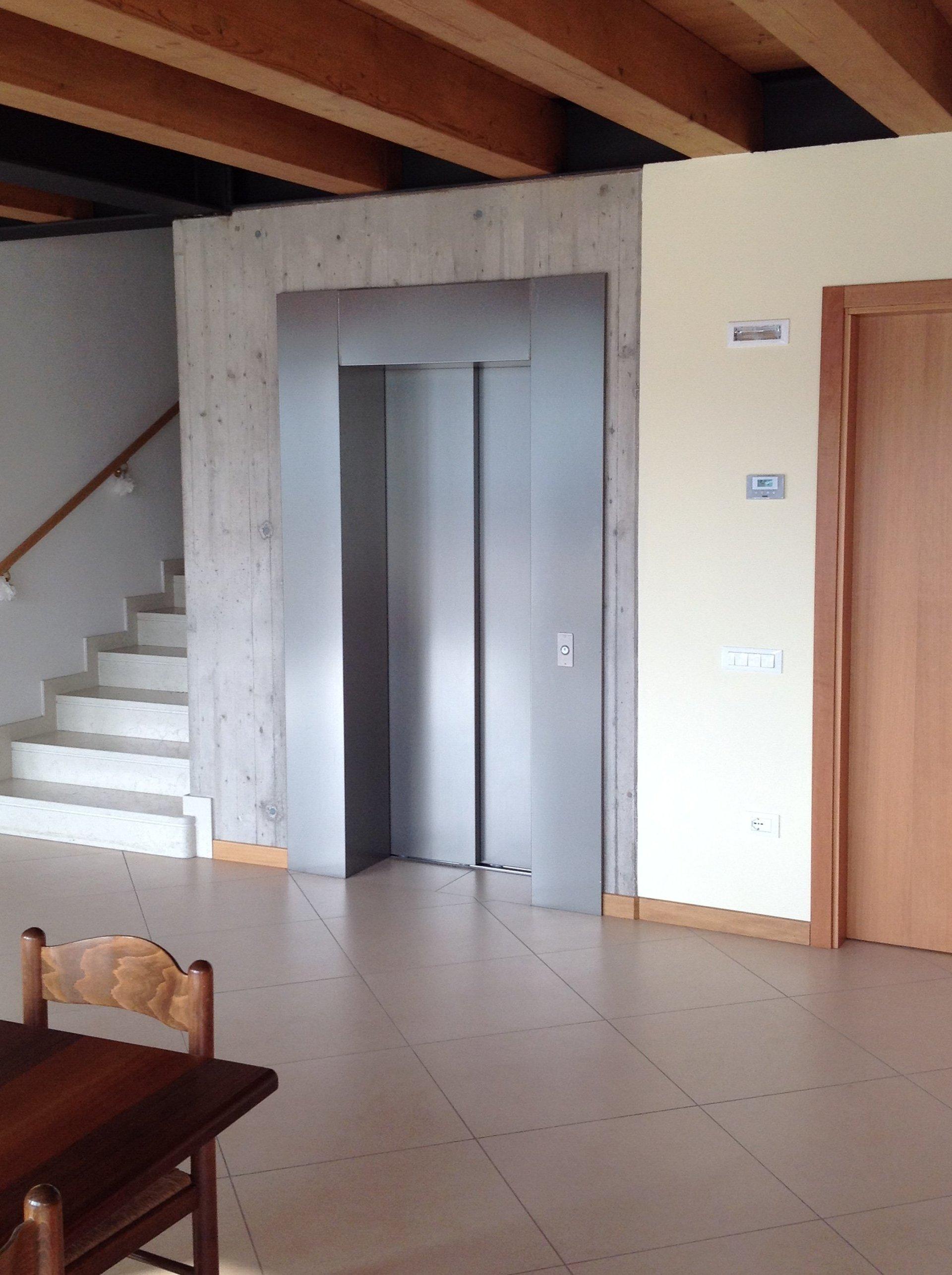 ascensore con scale di un edificio