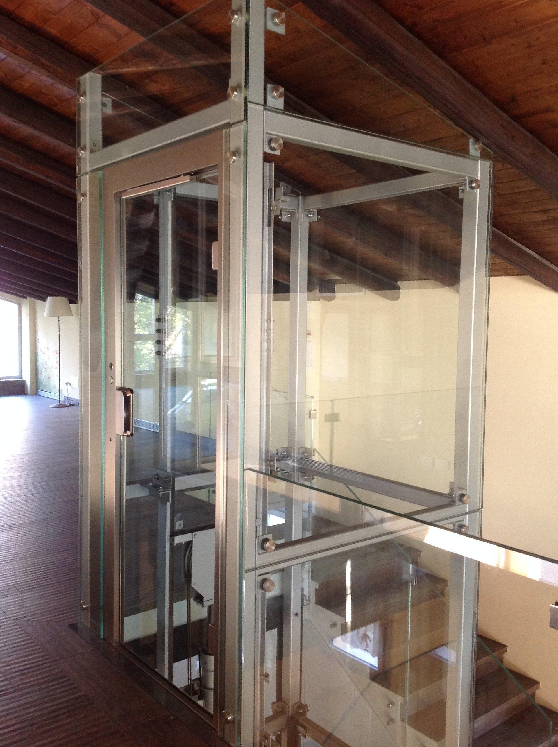 appartamento con passerella e vetro ascensore aperto-vista interna