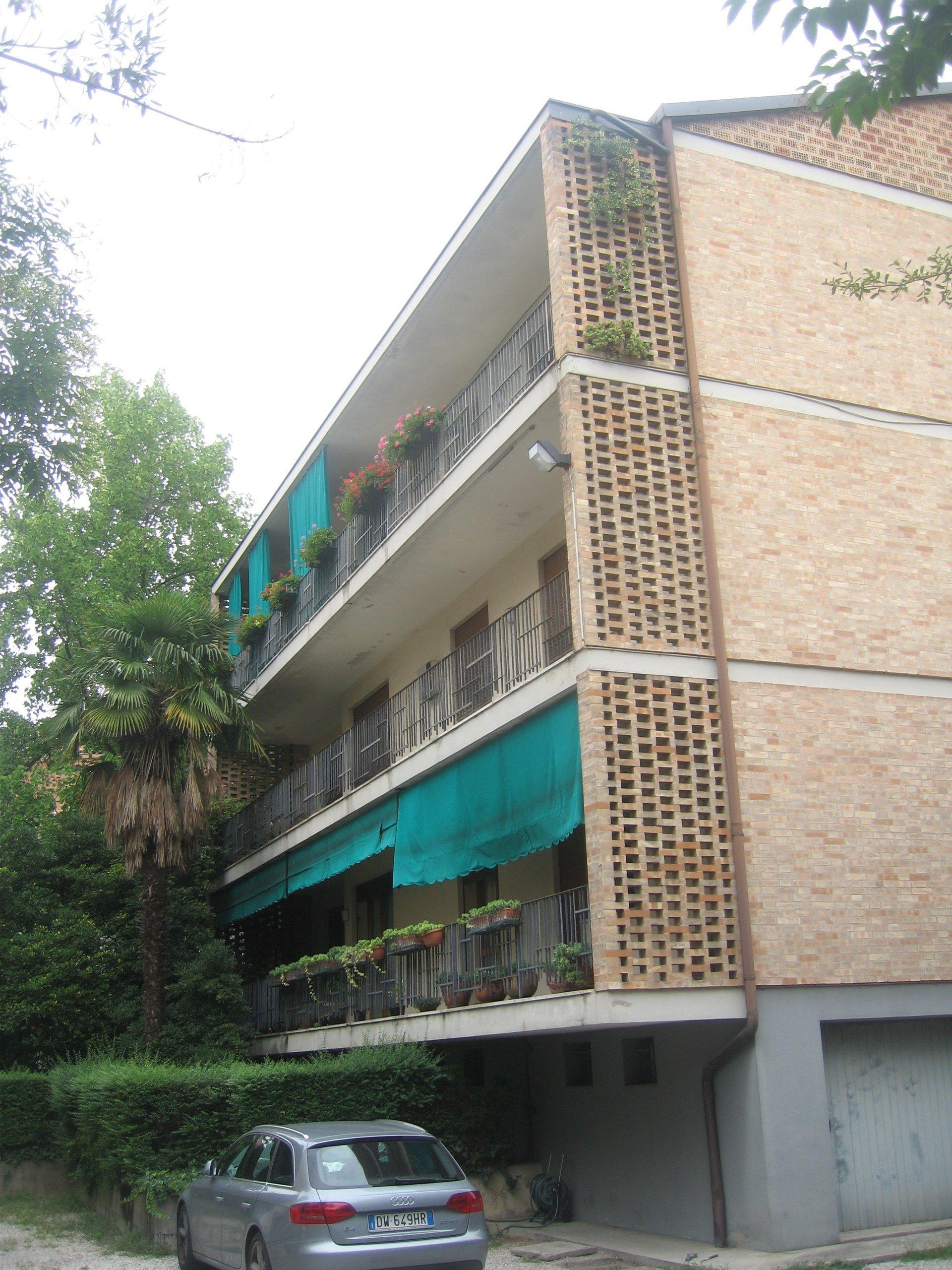 panoramica di un edificio con ascensore esterna