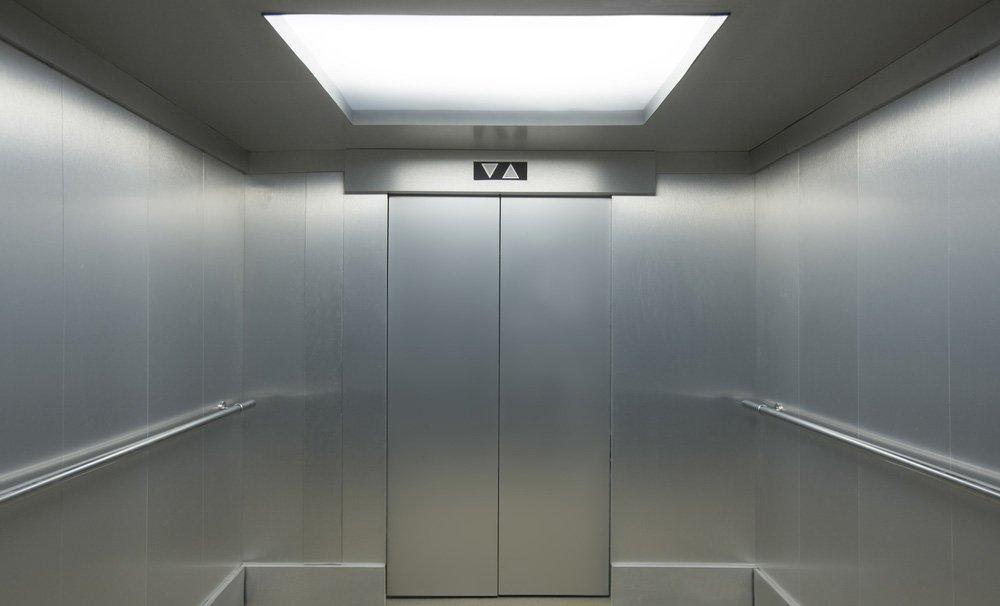 moderno ascensore con porta aperta in inox