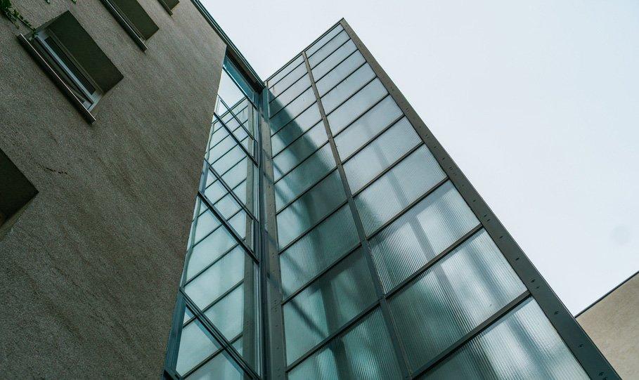 ascensore moderno di vetro sulla tipica casa