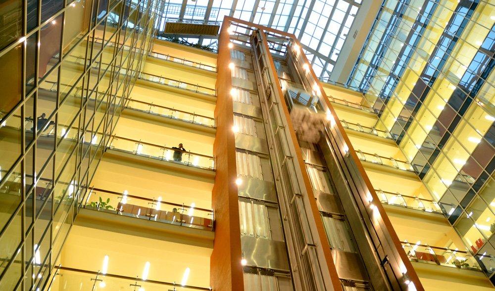 ascensori in un edificio moderno