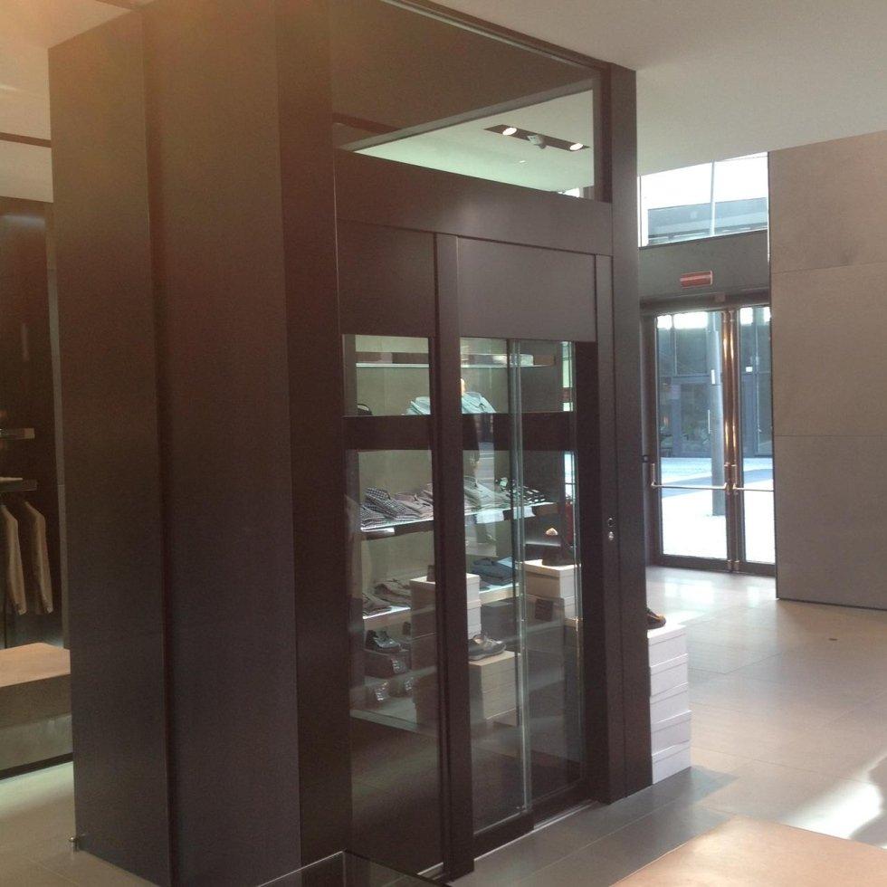 ascensore montacarichi all'interno di edificio commerciale