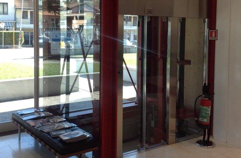 ascensore panoramico con profili rossi e argento