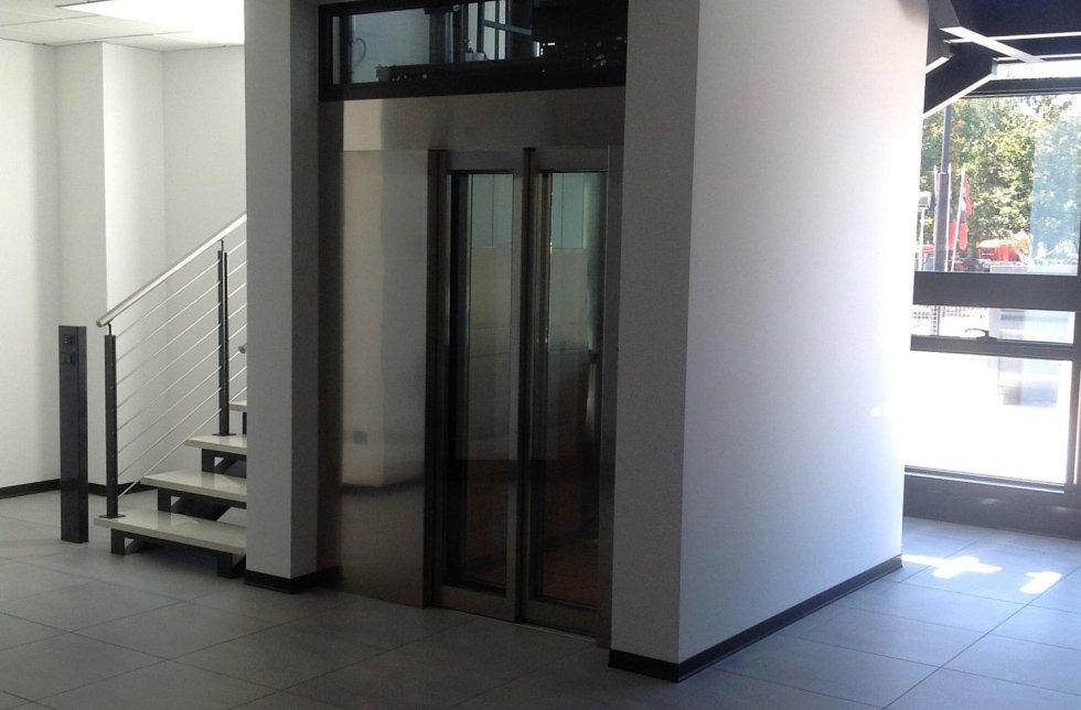 entrata di un palazzo con moderno ascensore in acciaio