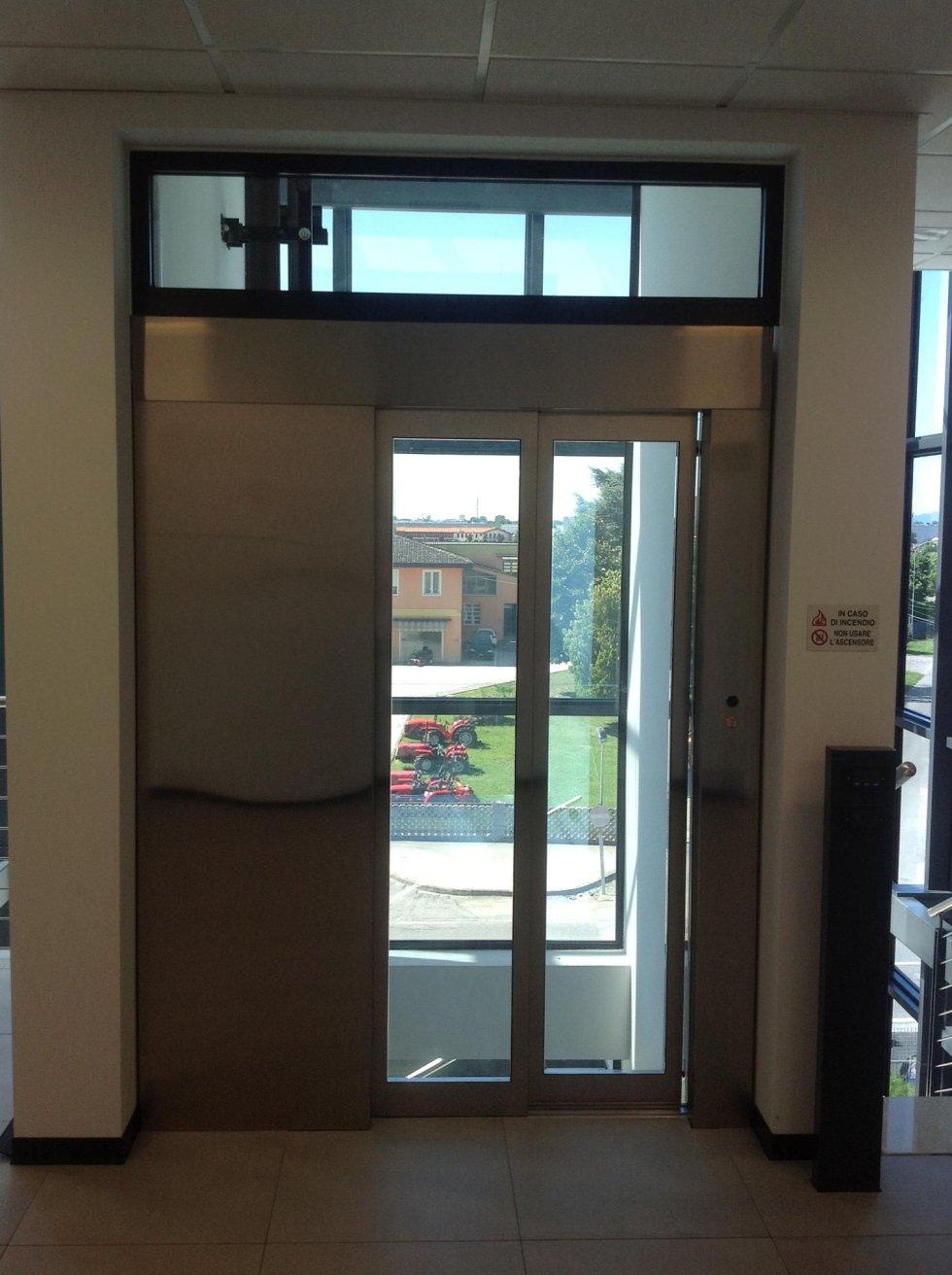 vista interna di un'entrata di ascensore in acciaio e vetro