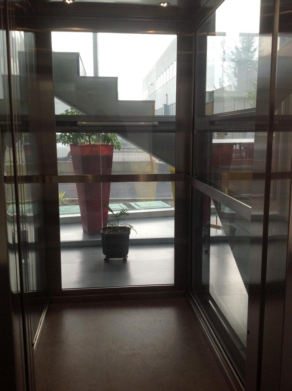 vista interna di una cabina di ascensore in vetro