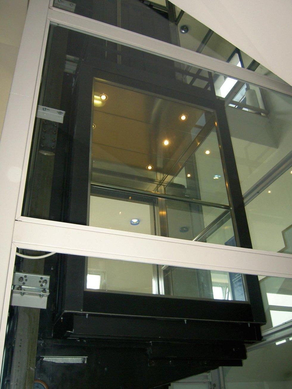 ascensore con cabina panoramica vista dal basso