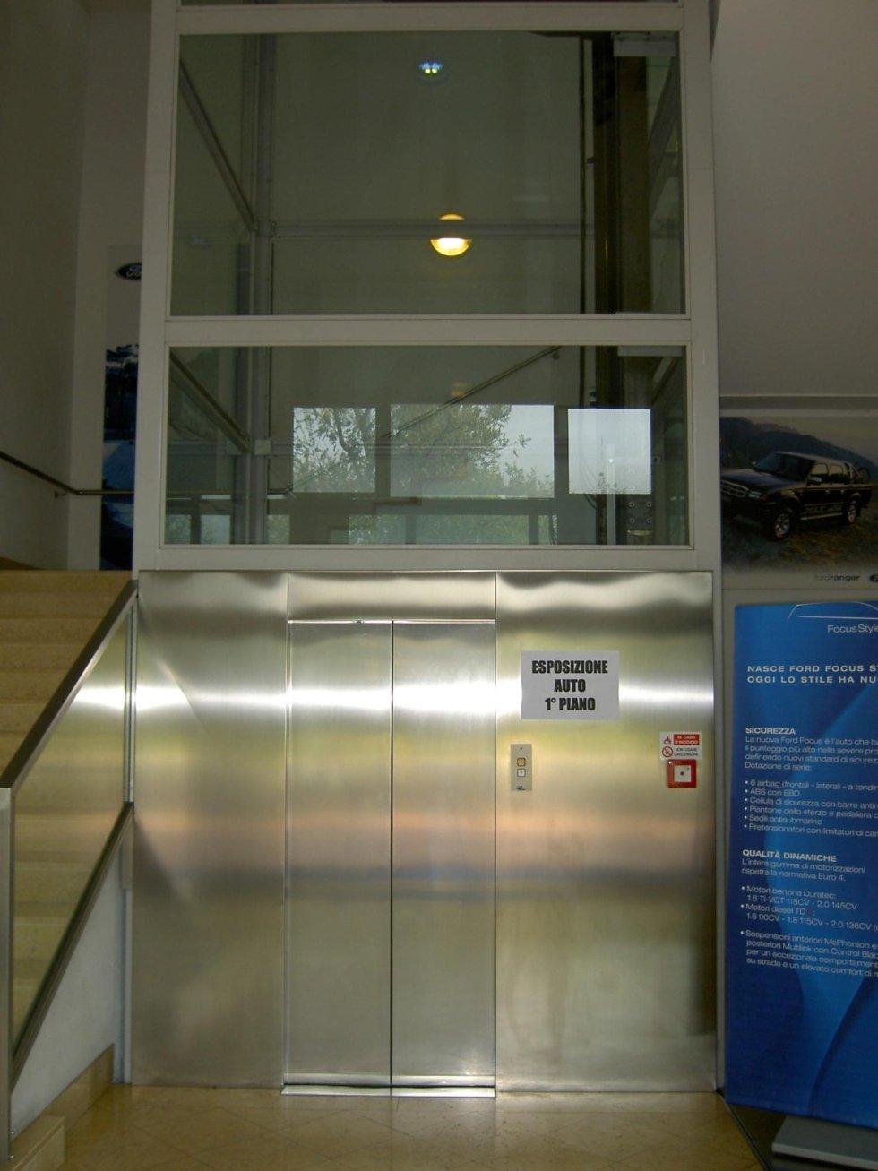 ascensore in inox con sopra cartello bianco