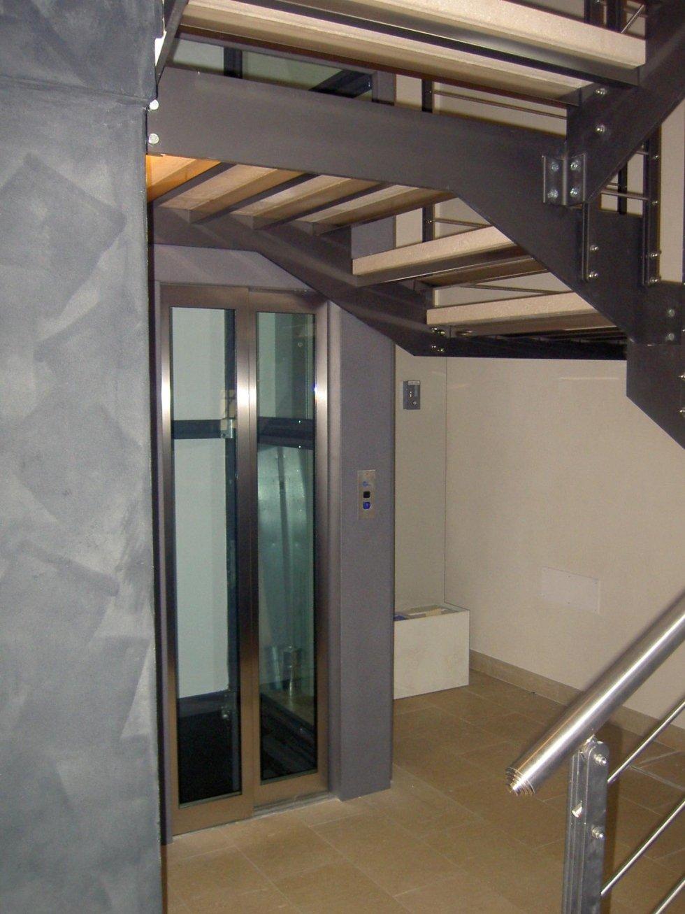 vista interna di una casa con ascensore panoramico e pavimento in piastrelle