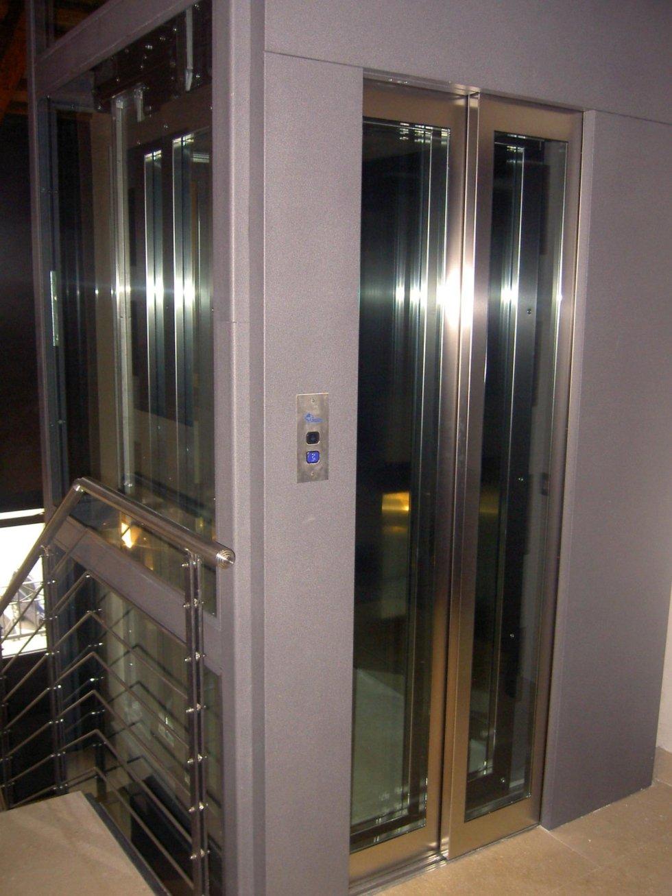vista laterale di ascensore in vetro