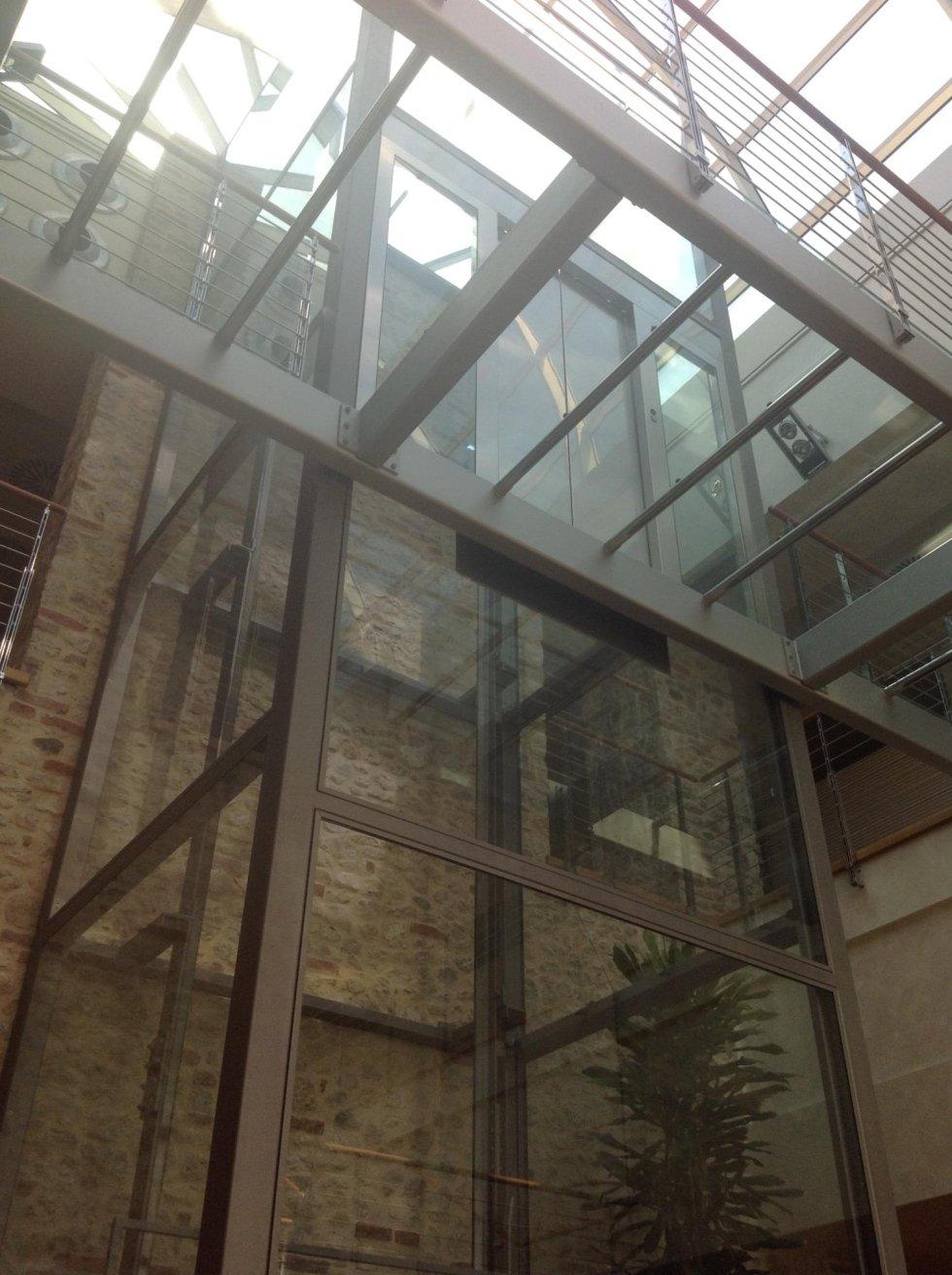incastellatura di metallo e vetro all'interno di edificio con pareti in mattoni