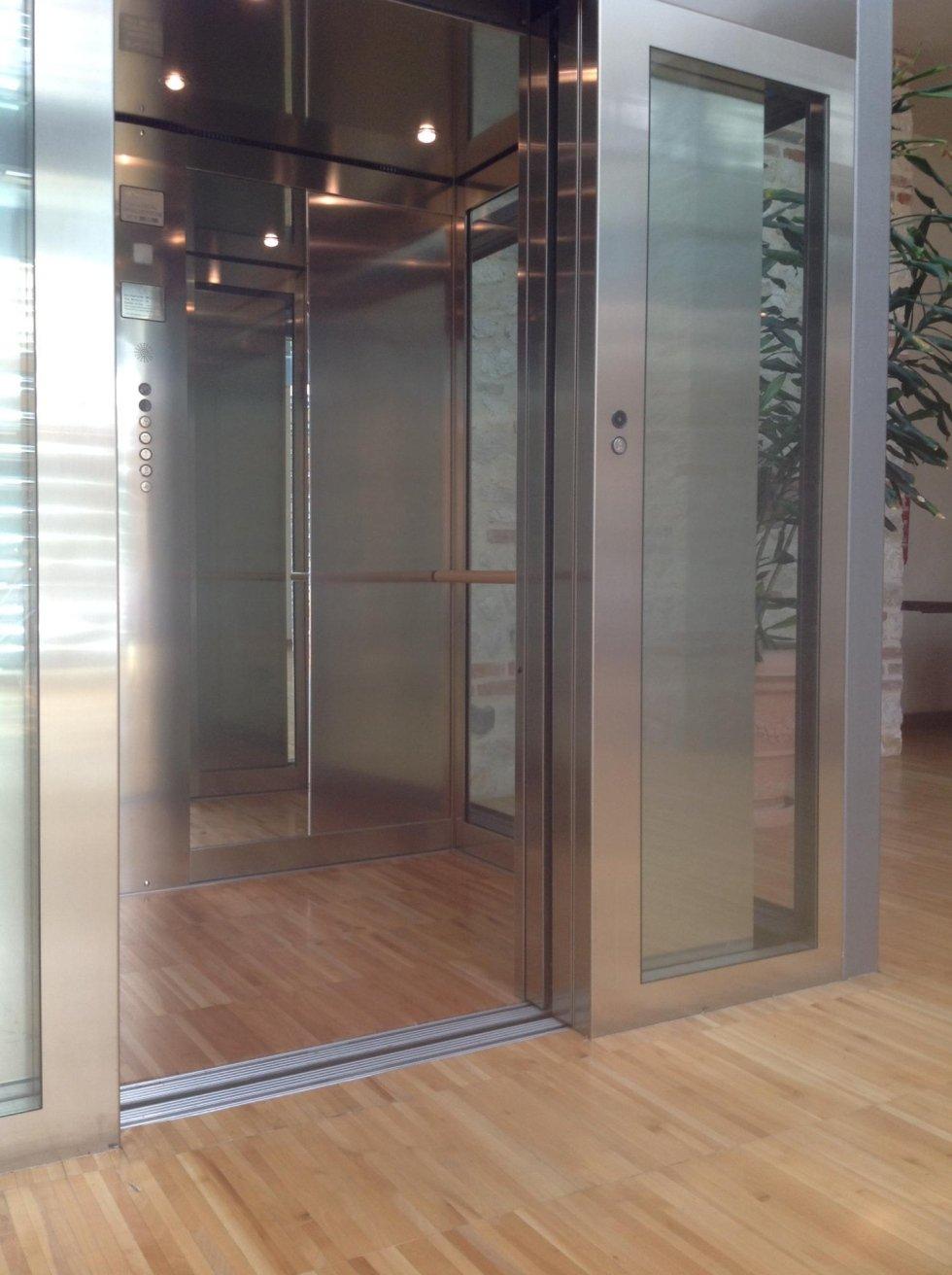 ascensore con pavimento in legno