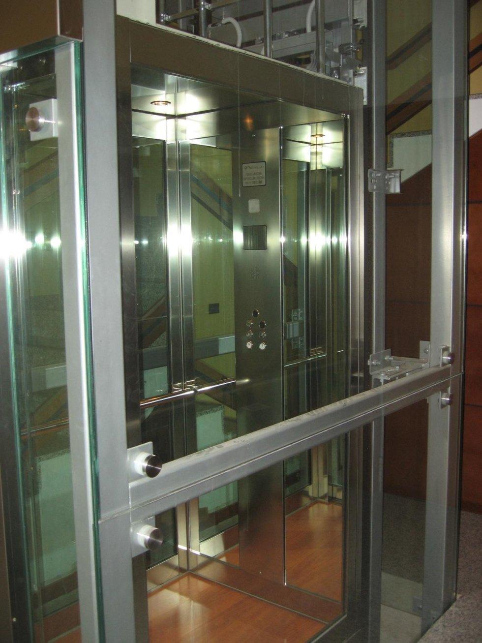 ascensore e incastellatura in vetro