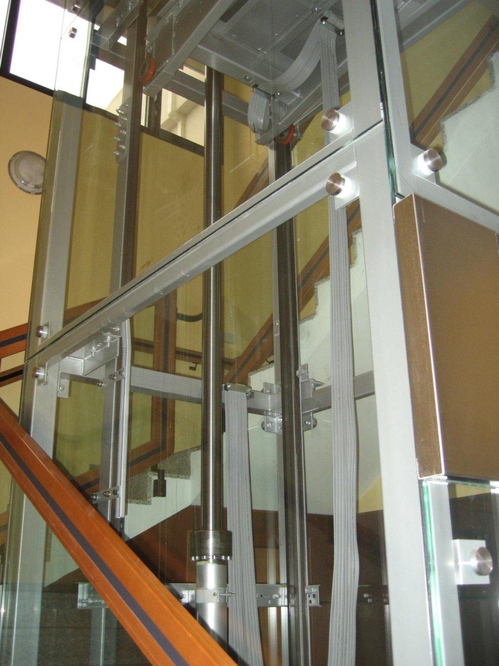 ascensore con incastellatura in metallo e vetro