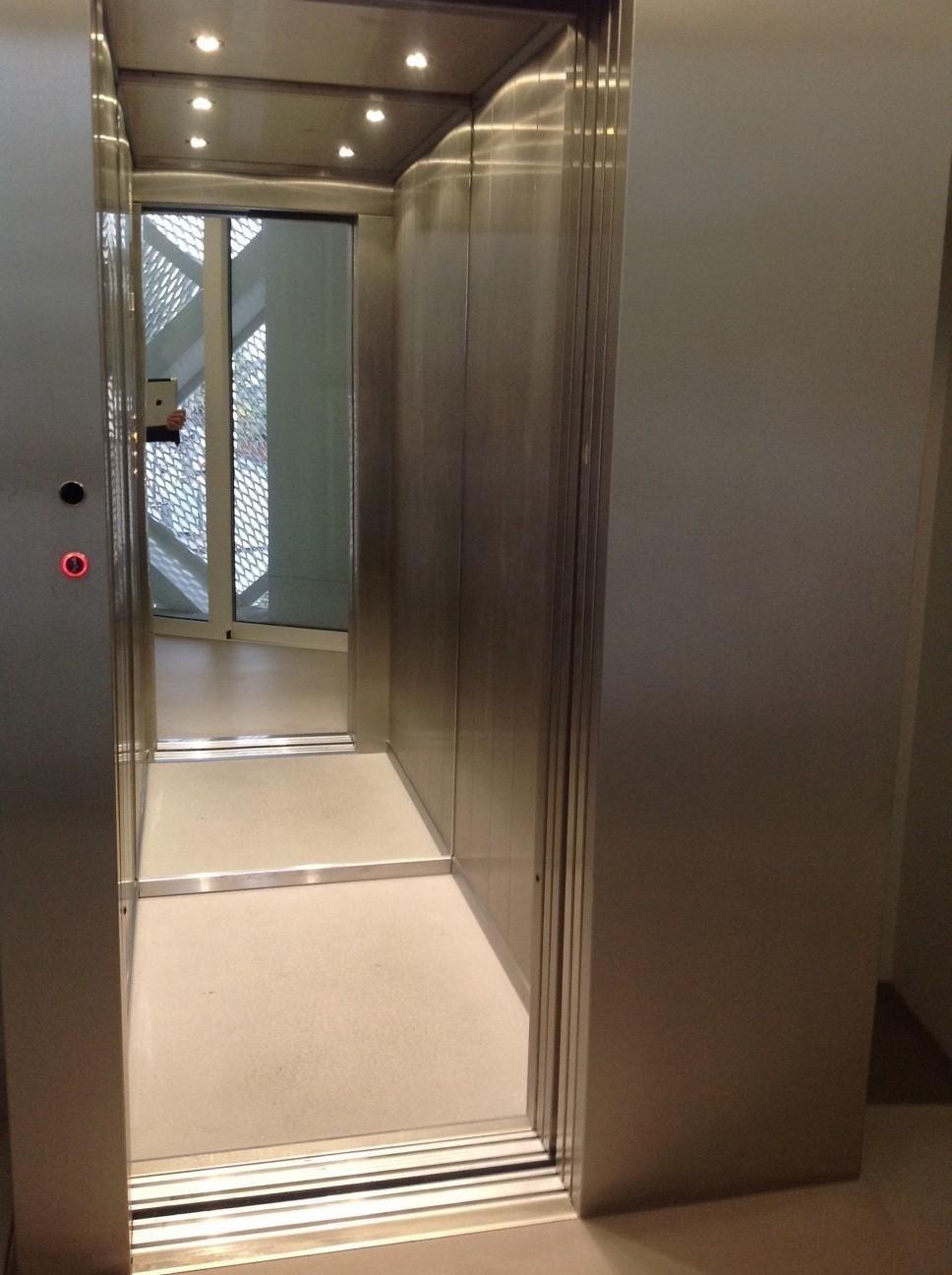 cabina di ascensore con specchio a tutta parete
