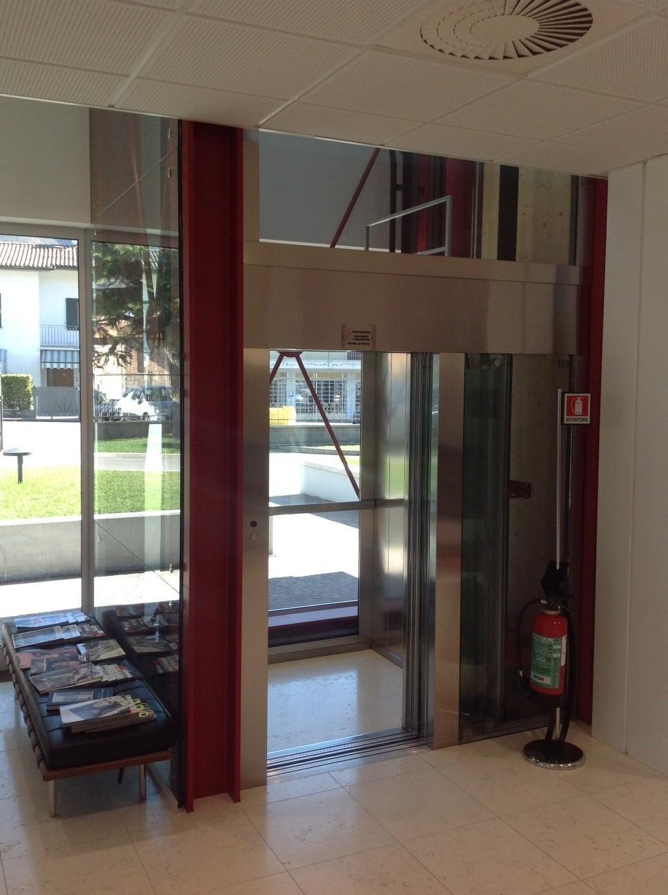 entrata di un edificio con ascensore panoramico