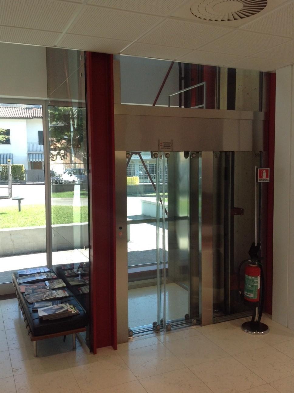 reception di un edificio con ascensore panoramico