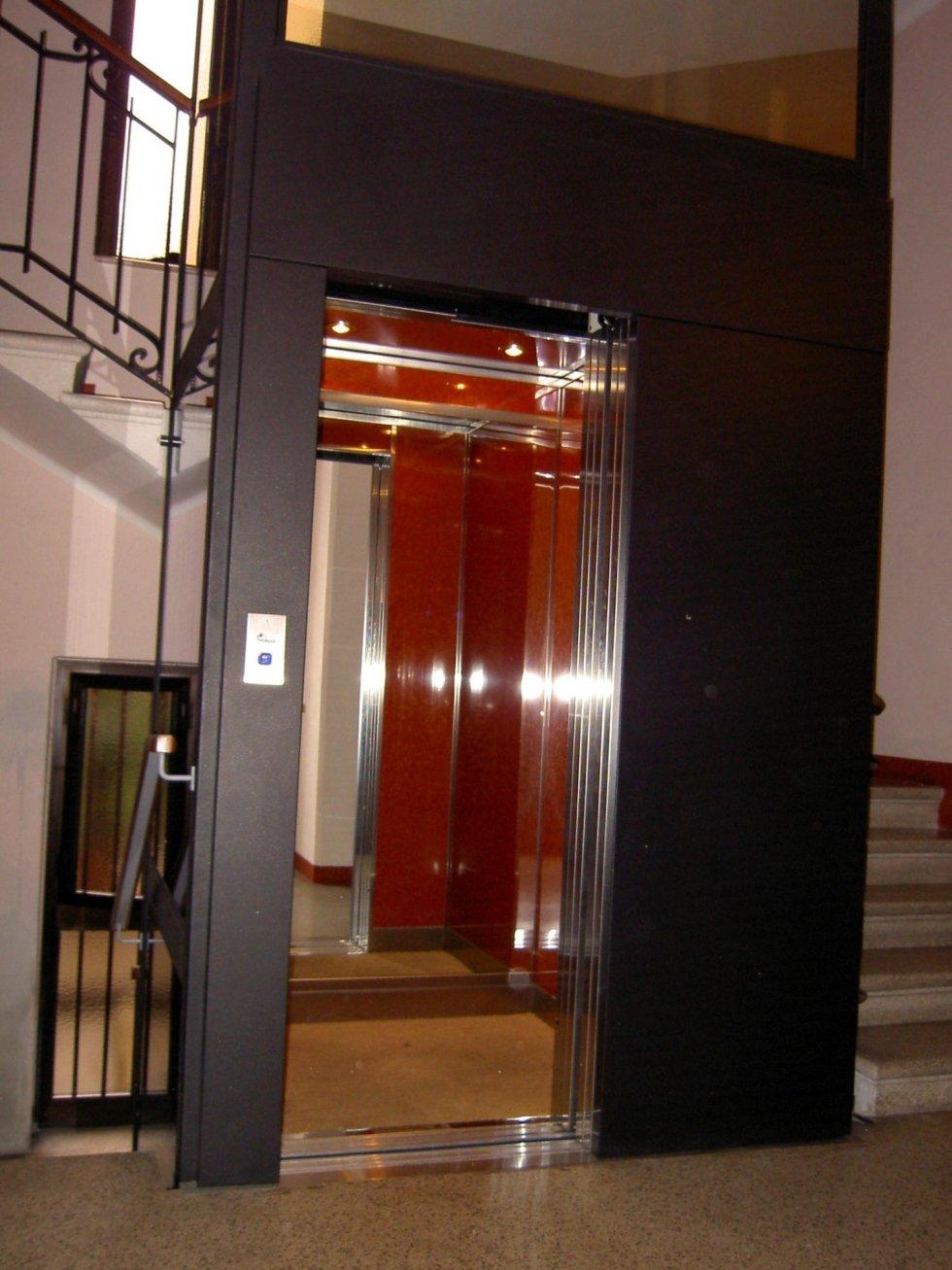 ascensore con porte aperte, cabina in laminato