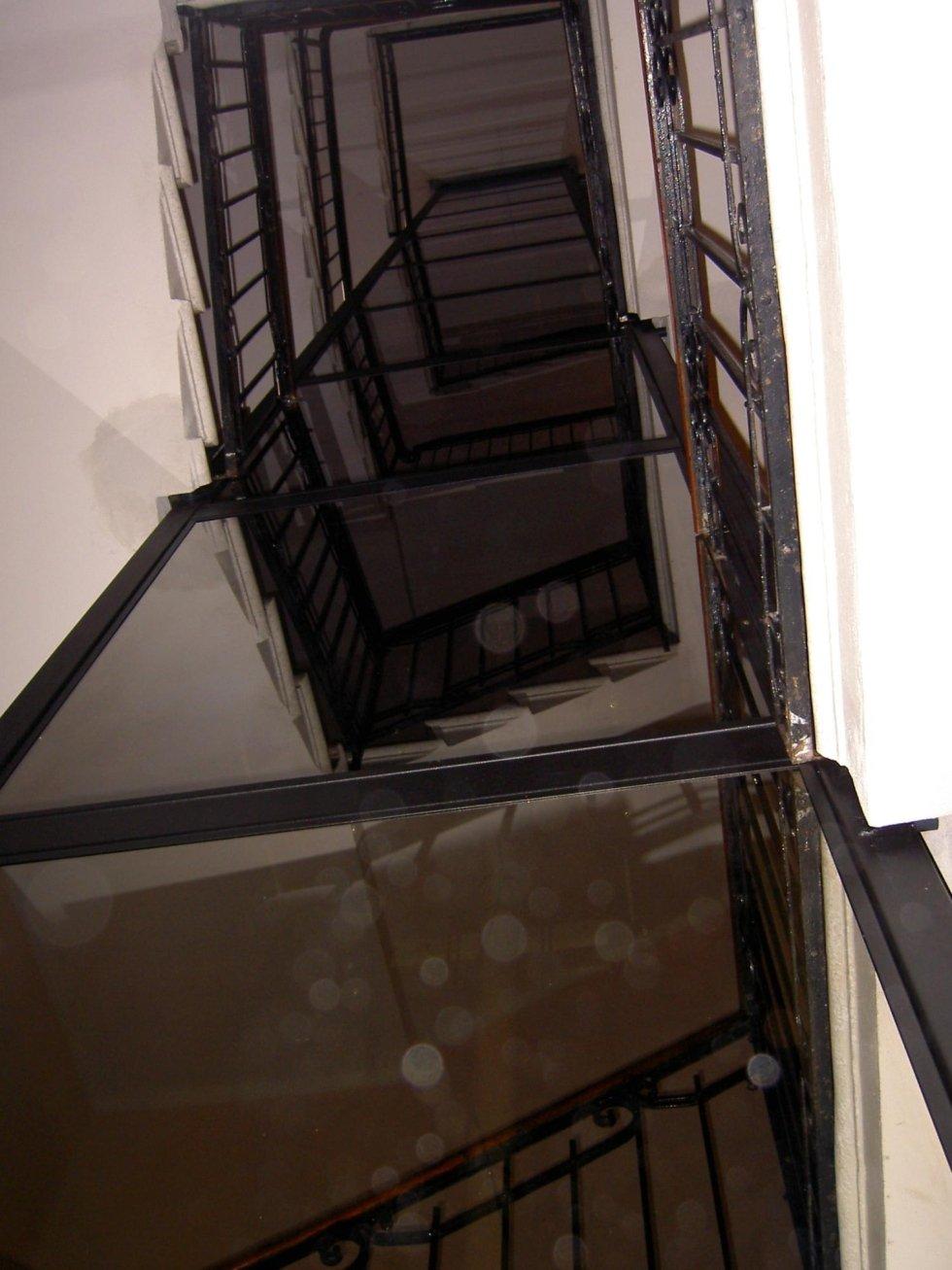 vista dal basso di incastellatura per ascensore