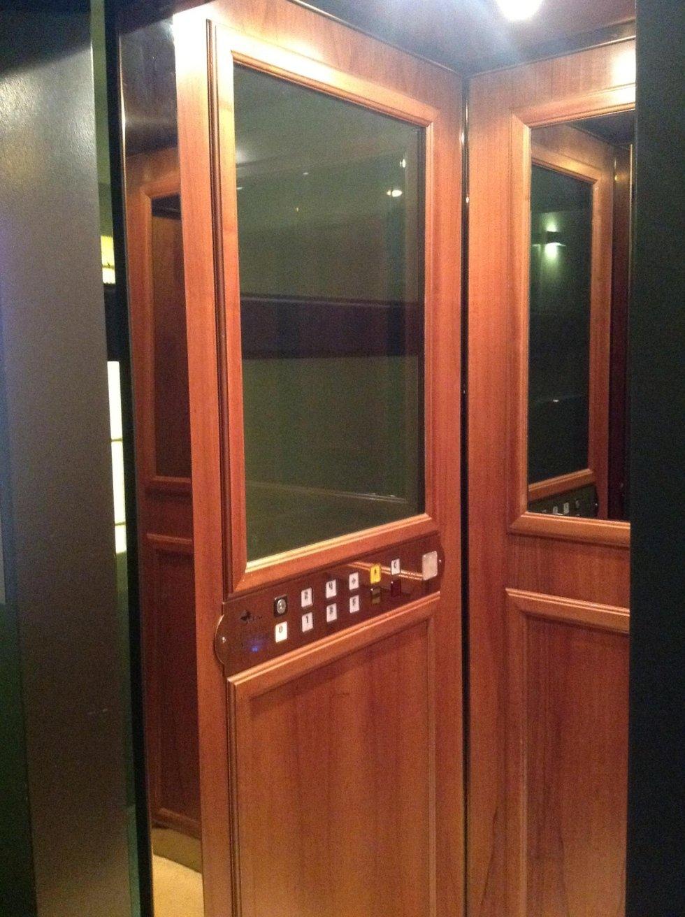 cabina interna di ascensore in legno