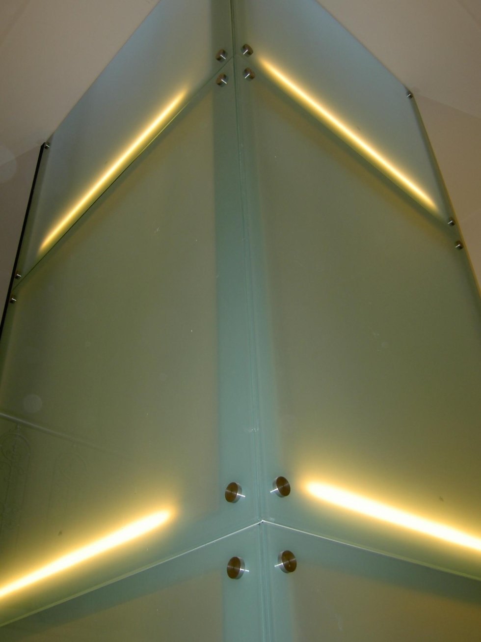 vista dal basso di ascensore in vetro illuminato