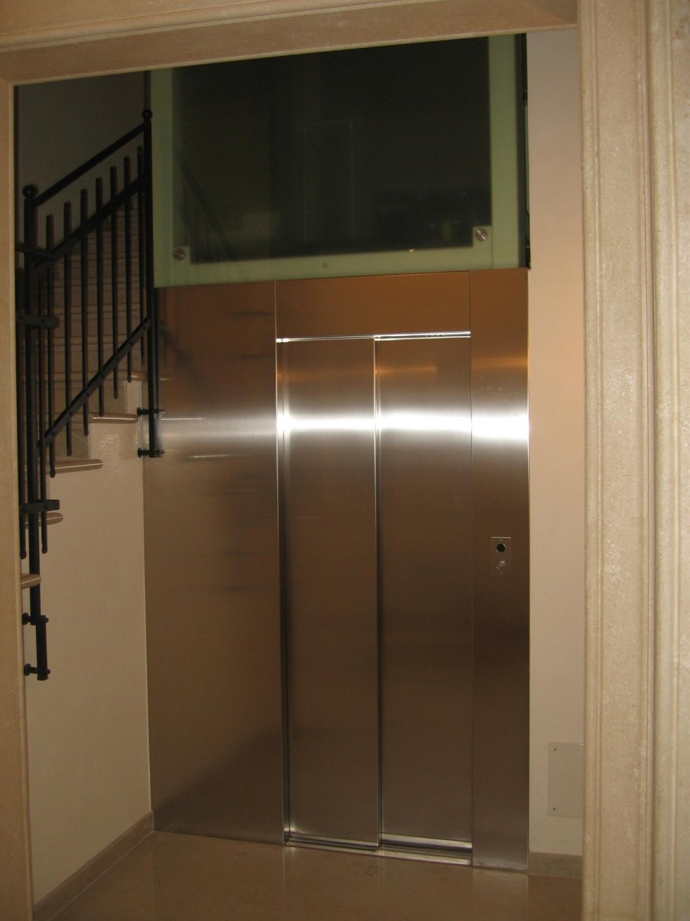 vista interna di un edificio con ascensore in inox