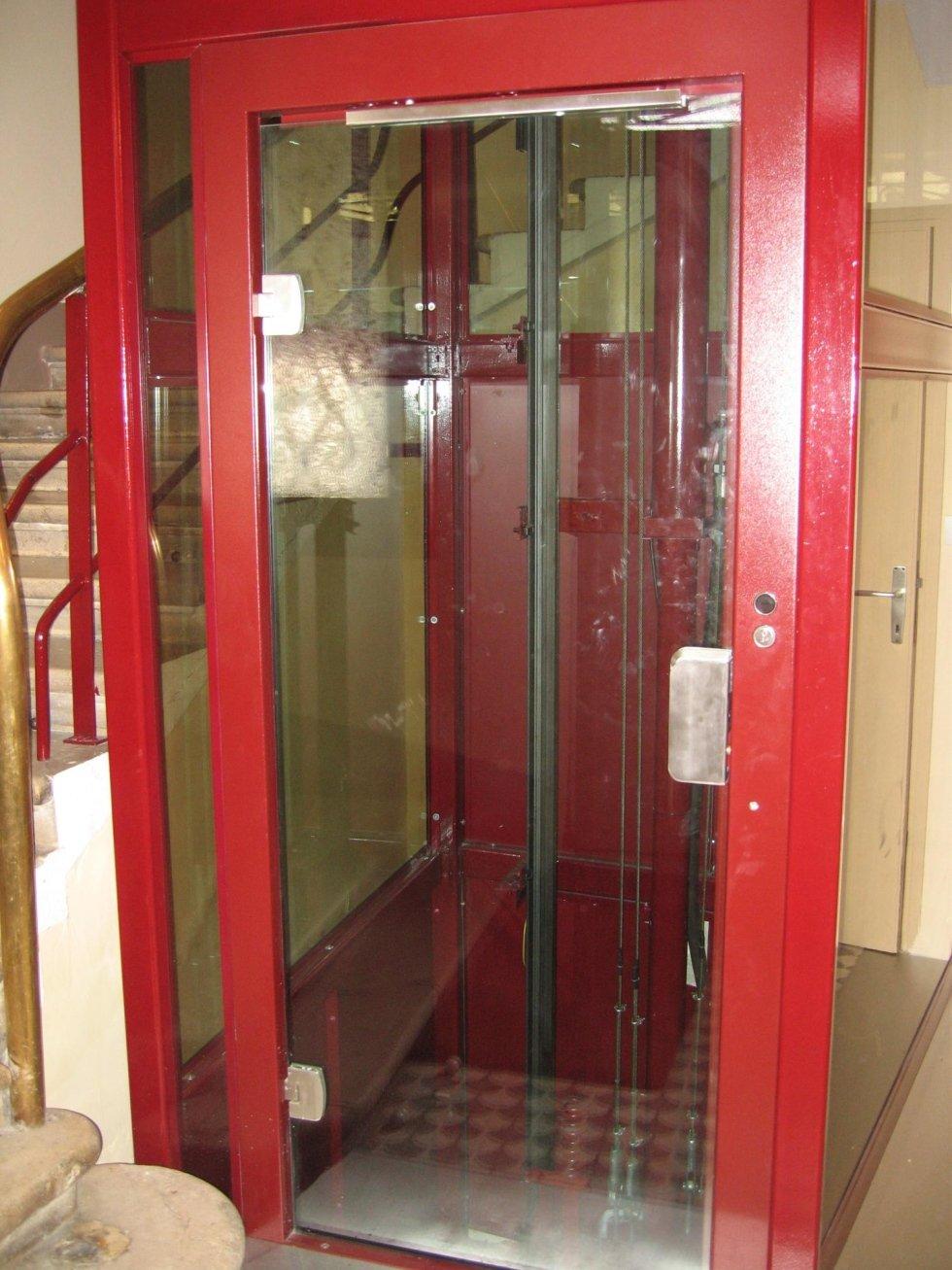 ascensore panoramico rosso