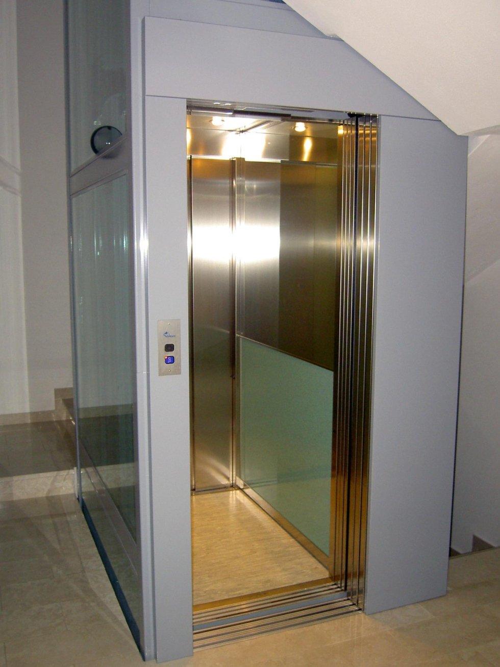 ascensore in inox e vetro con porte aperte