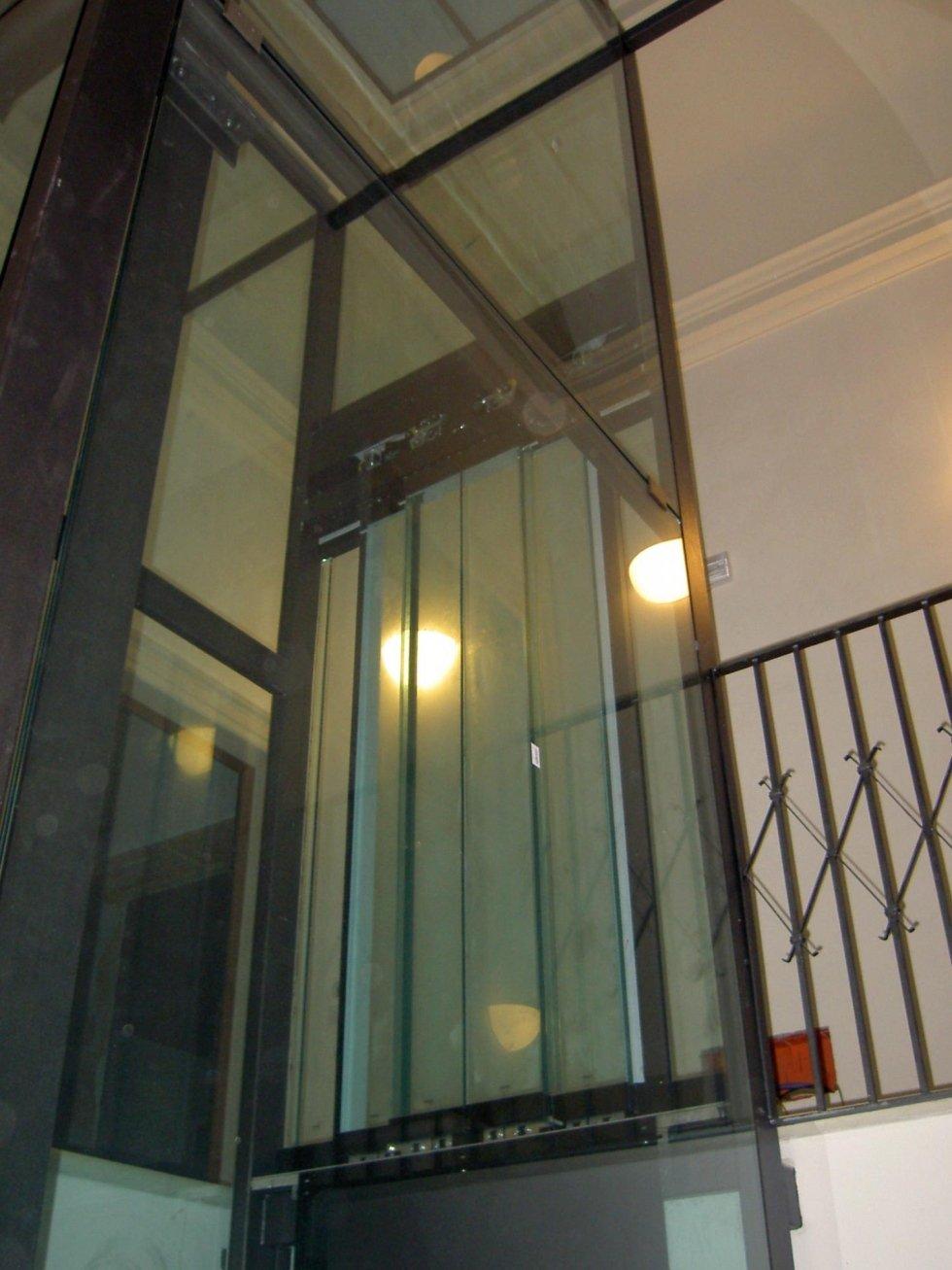 vista dal basso di ascensore panoramico