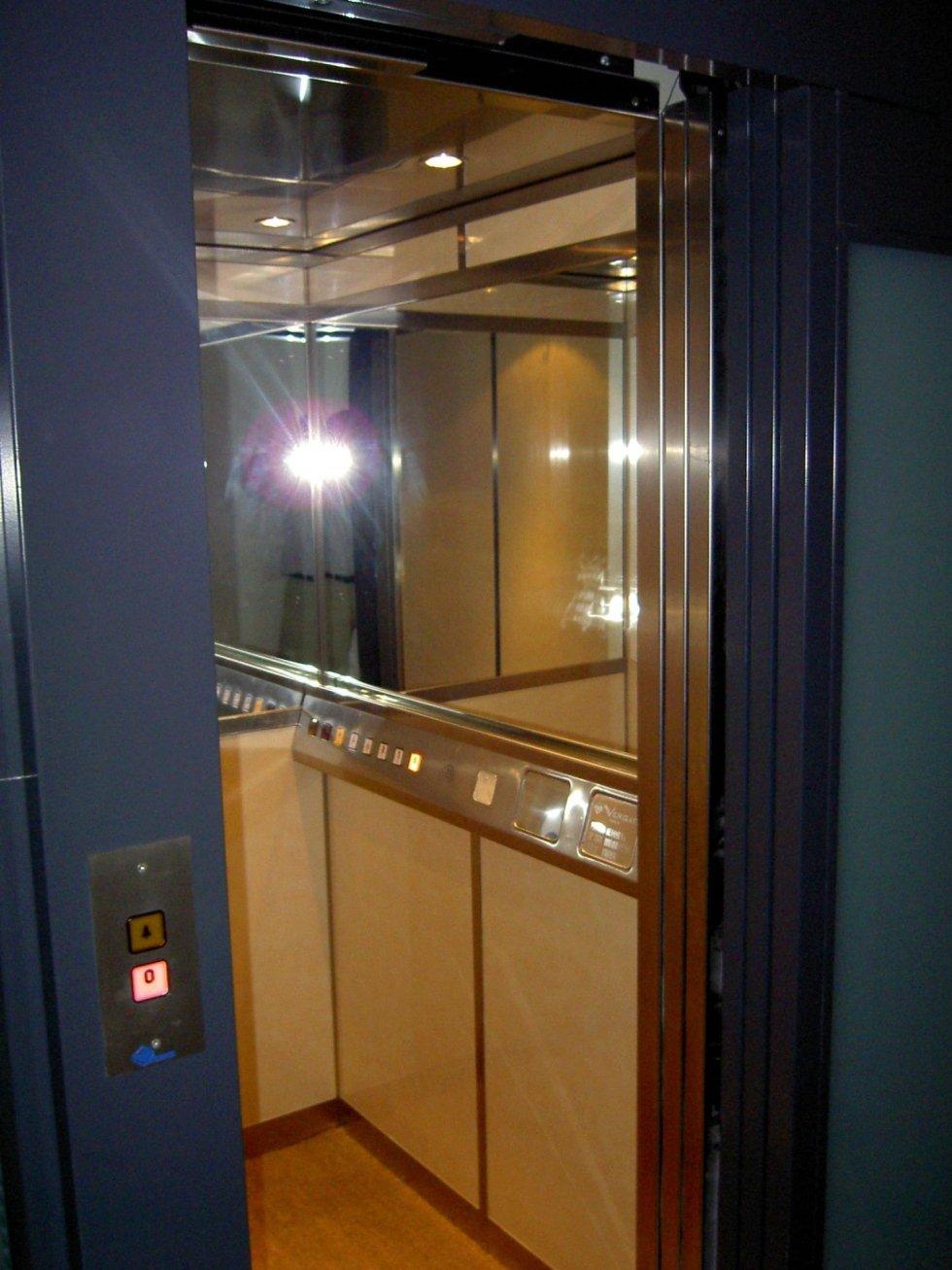 interno di ascensore con specchio e luce