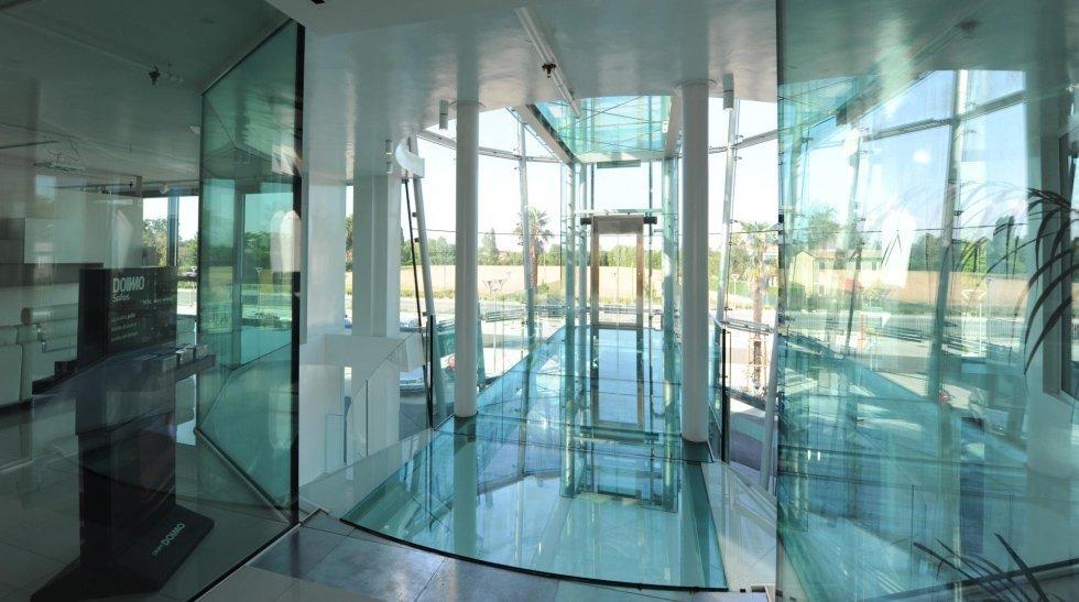 ascensore panoramico di un ufficio moderno
