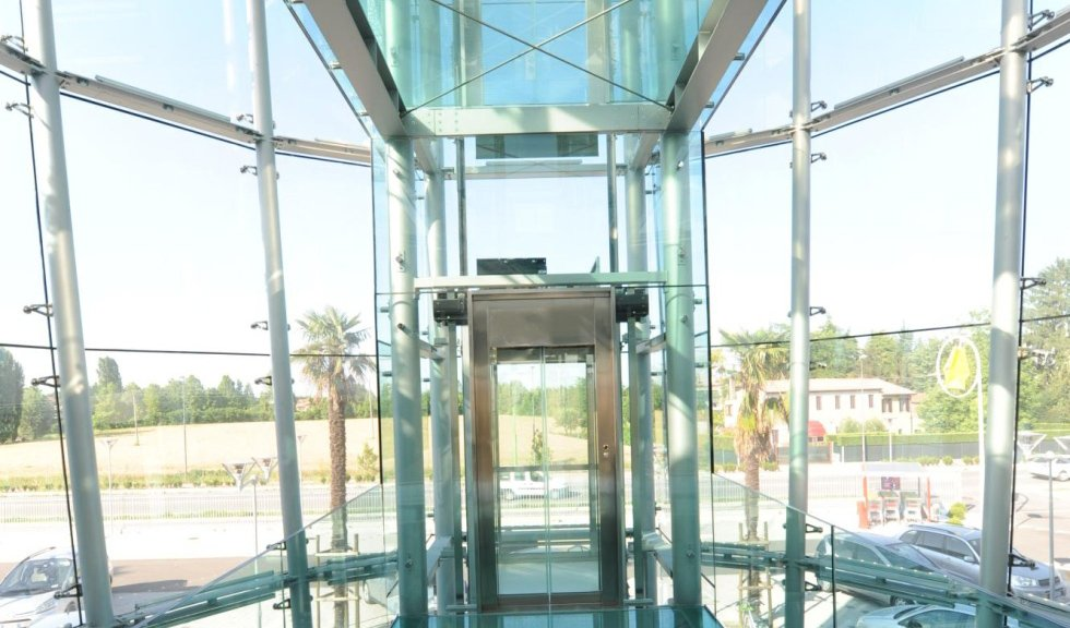 inquadratura frontale di ascensore panoramico in vetro e acciaio