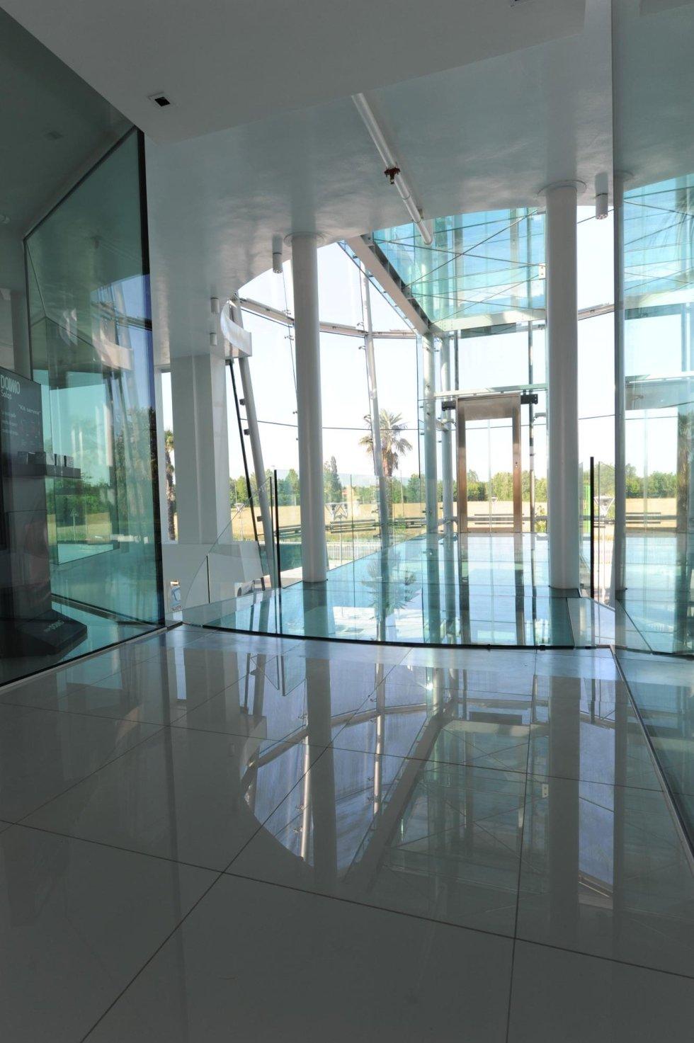 reception di ufficio in vetro con ascensore panoramico
