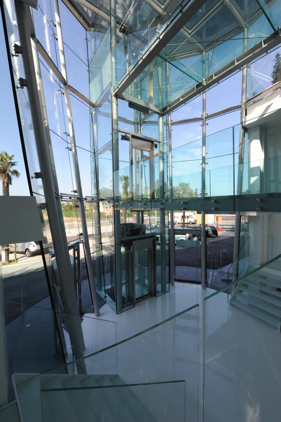vista frontale di ufficio in vetro con ascensore panoramico