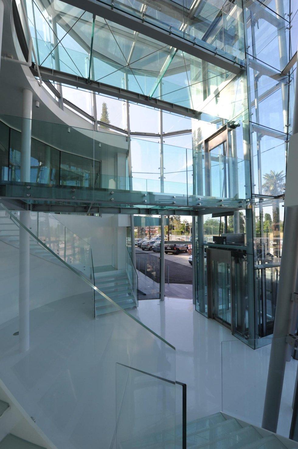 vista laterale di ufficio in vetro con ascensore panoramico