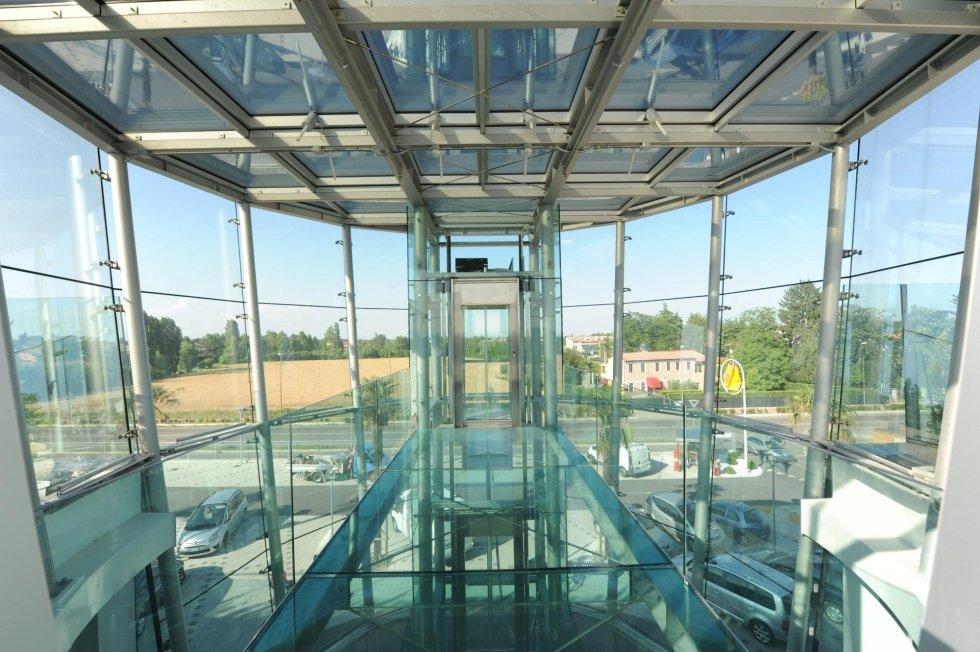 interno di ufficio in vetro con ascensore panoramico
