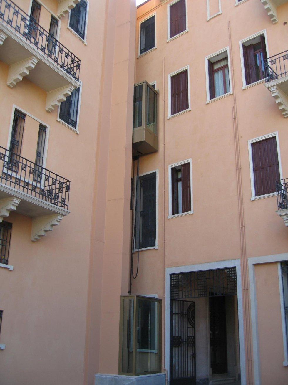 vista di un edificio rosa con ascensore panoramico