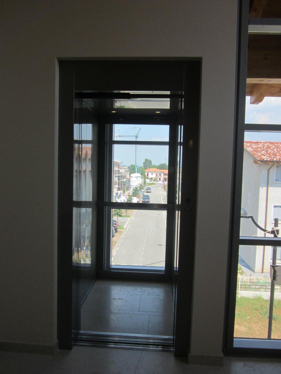 vista frontale di cabina ascensore con profili neri