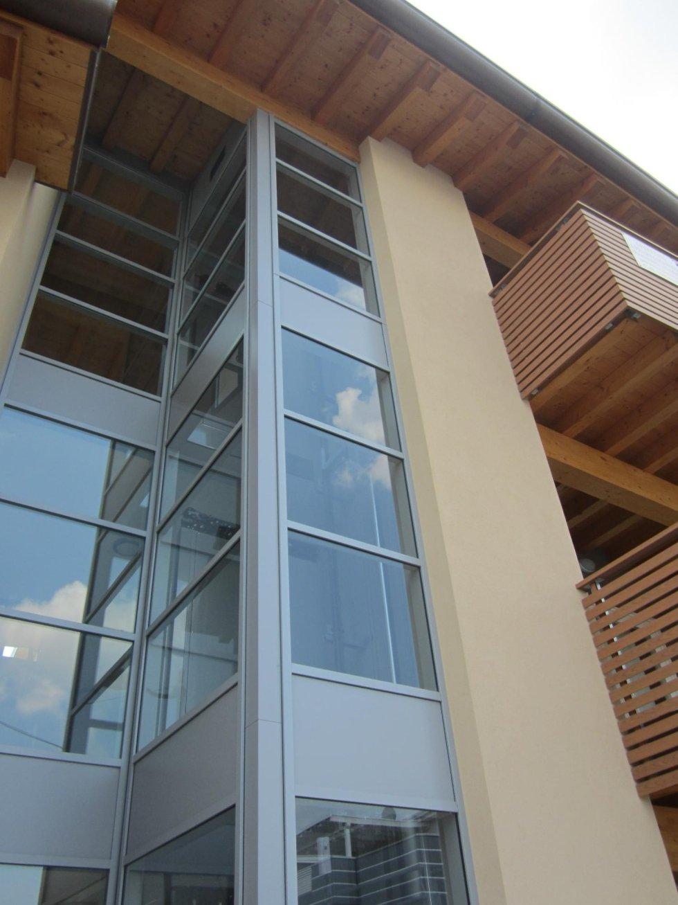 ascensore panoramico esterno in vetro di una casa in legno