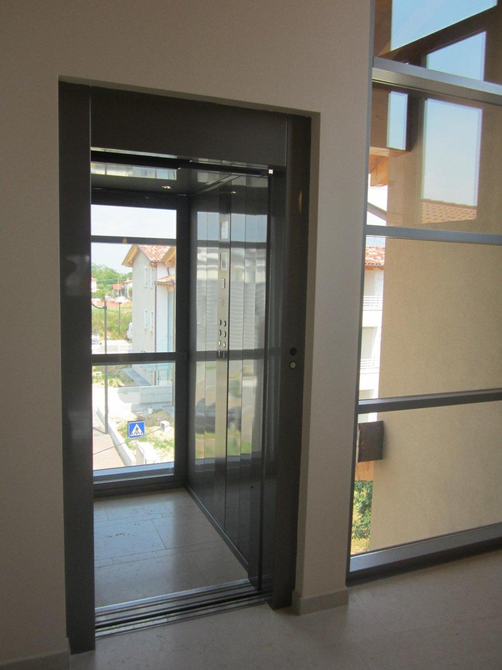 cabina ascensore con parete di fondo in vetro