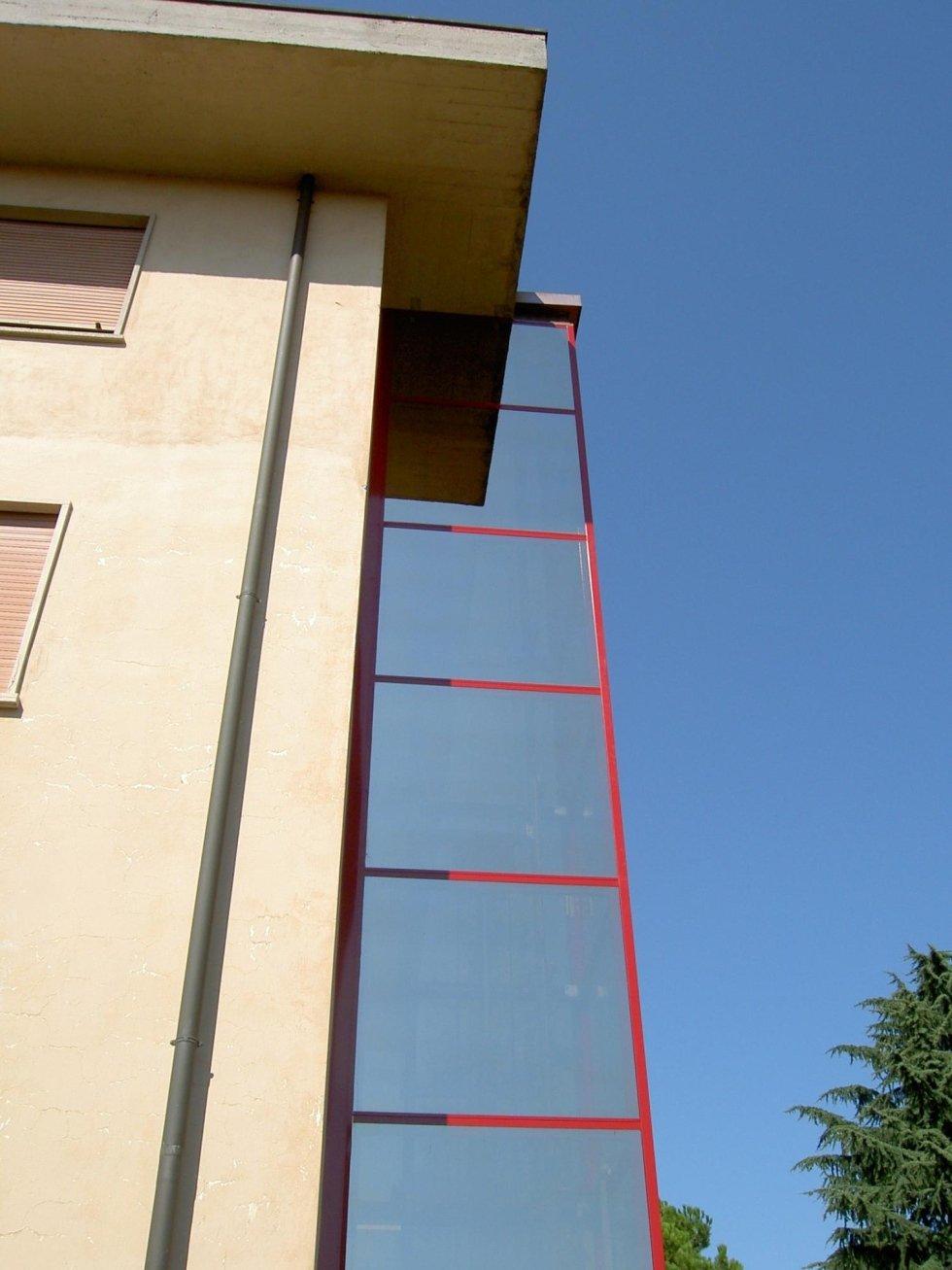 ascensore panoramico in vetro con profili rossi