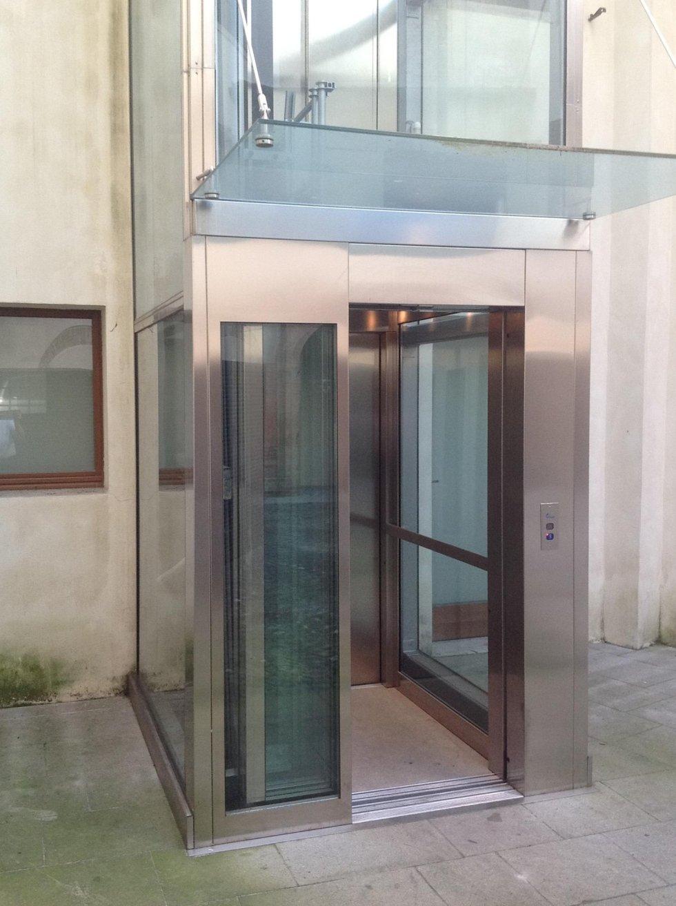 ascensore esterno con pensilina in vetro