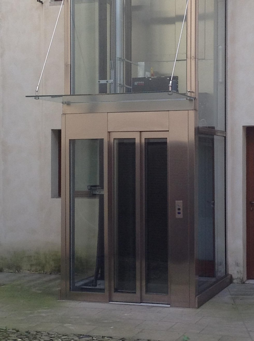 ascensore, porte e cabina in vetro-vista esterna