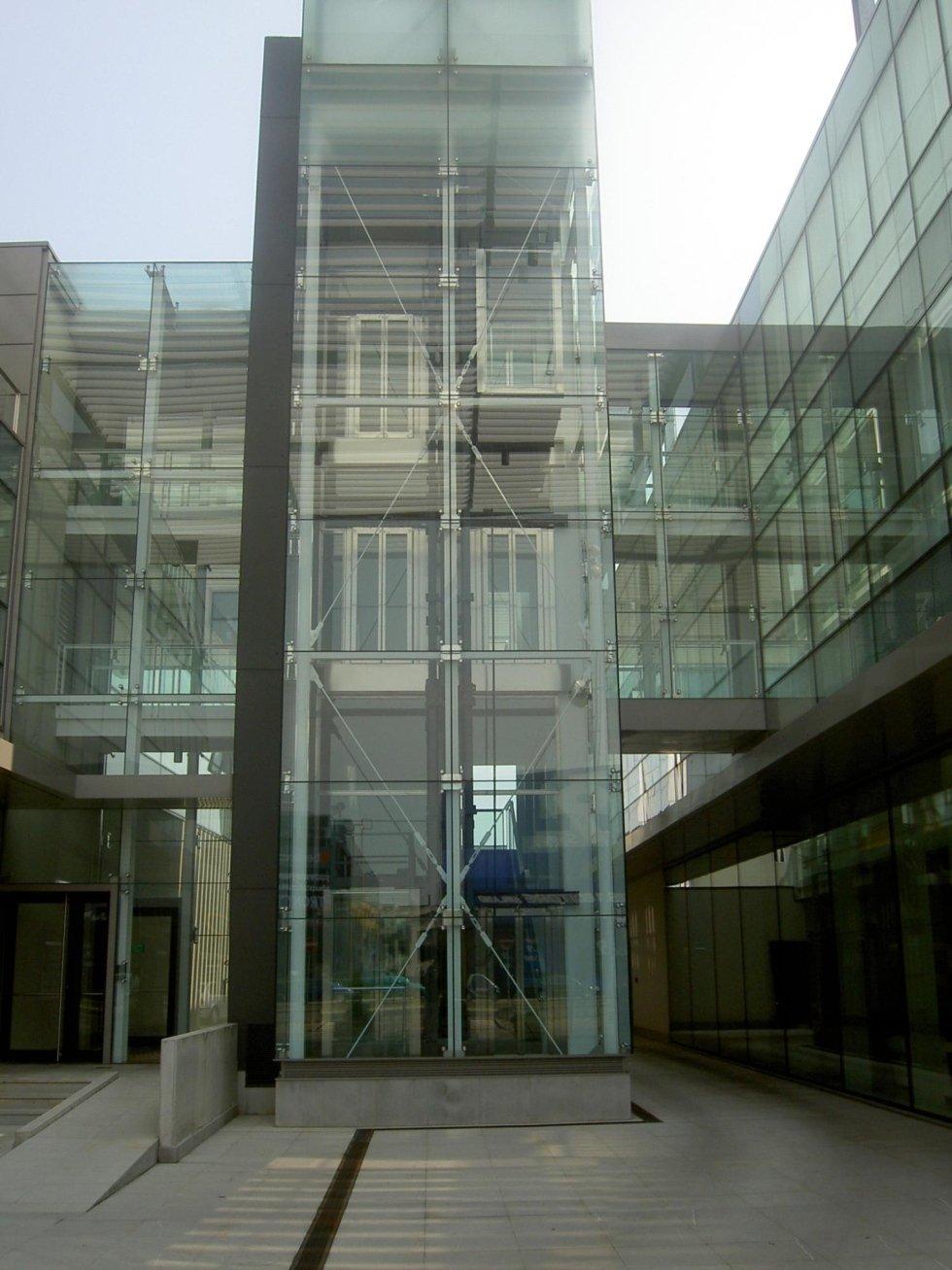 ascensore panoramico in un ufficio-vista esterna