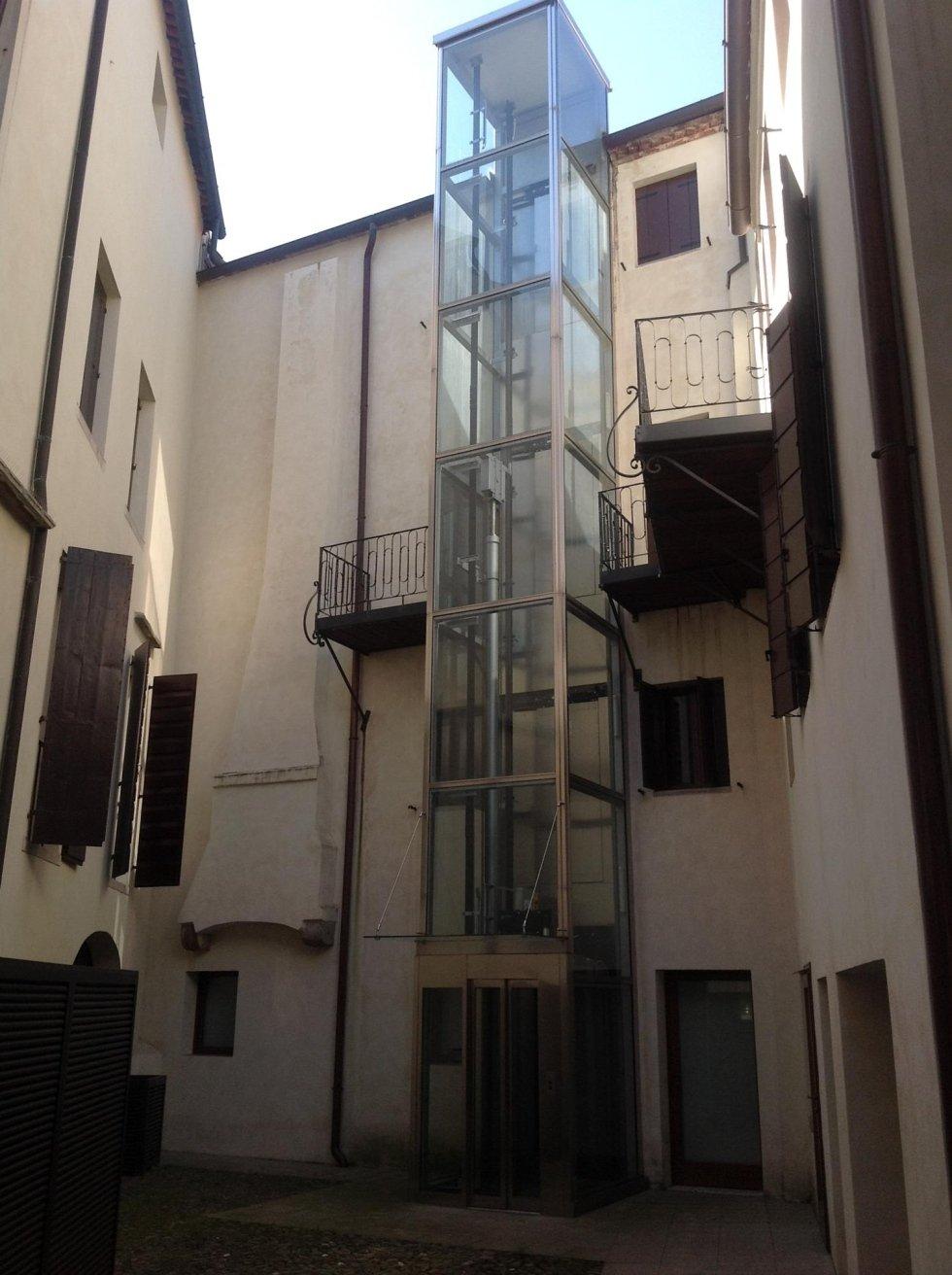 ascensore esterno di un palazzo privato