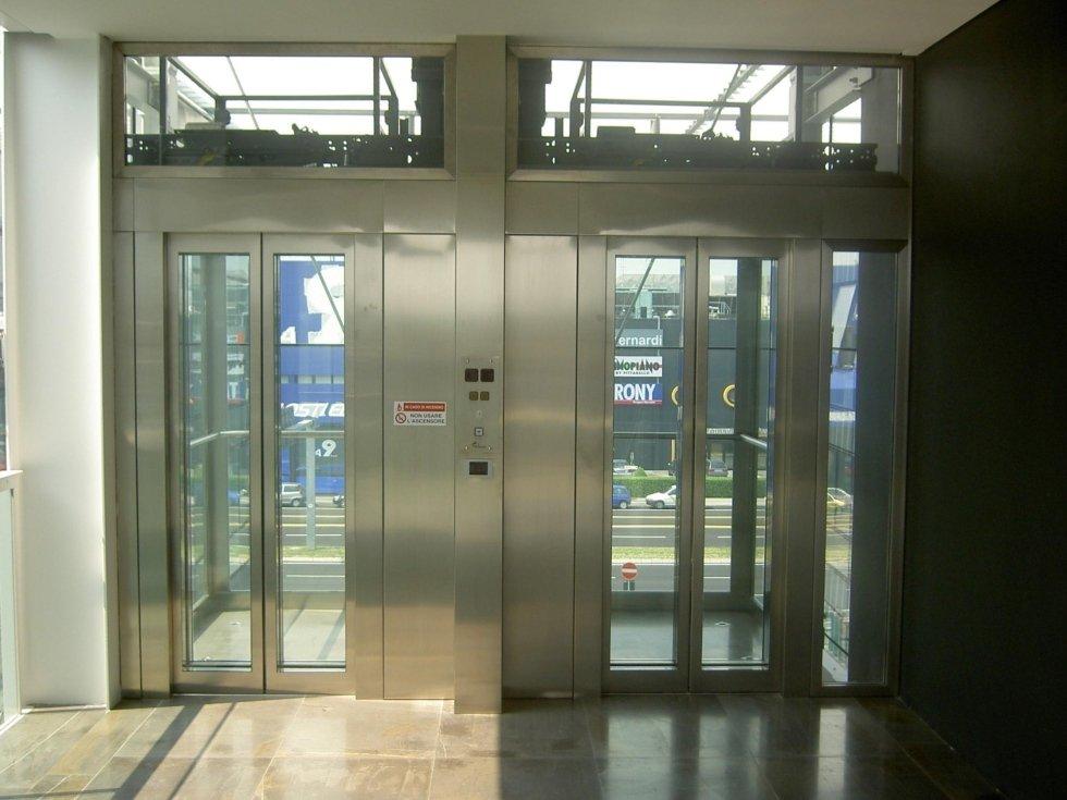 ascensori panoramici esterni in un centro commerciale