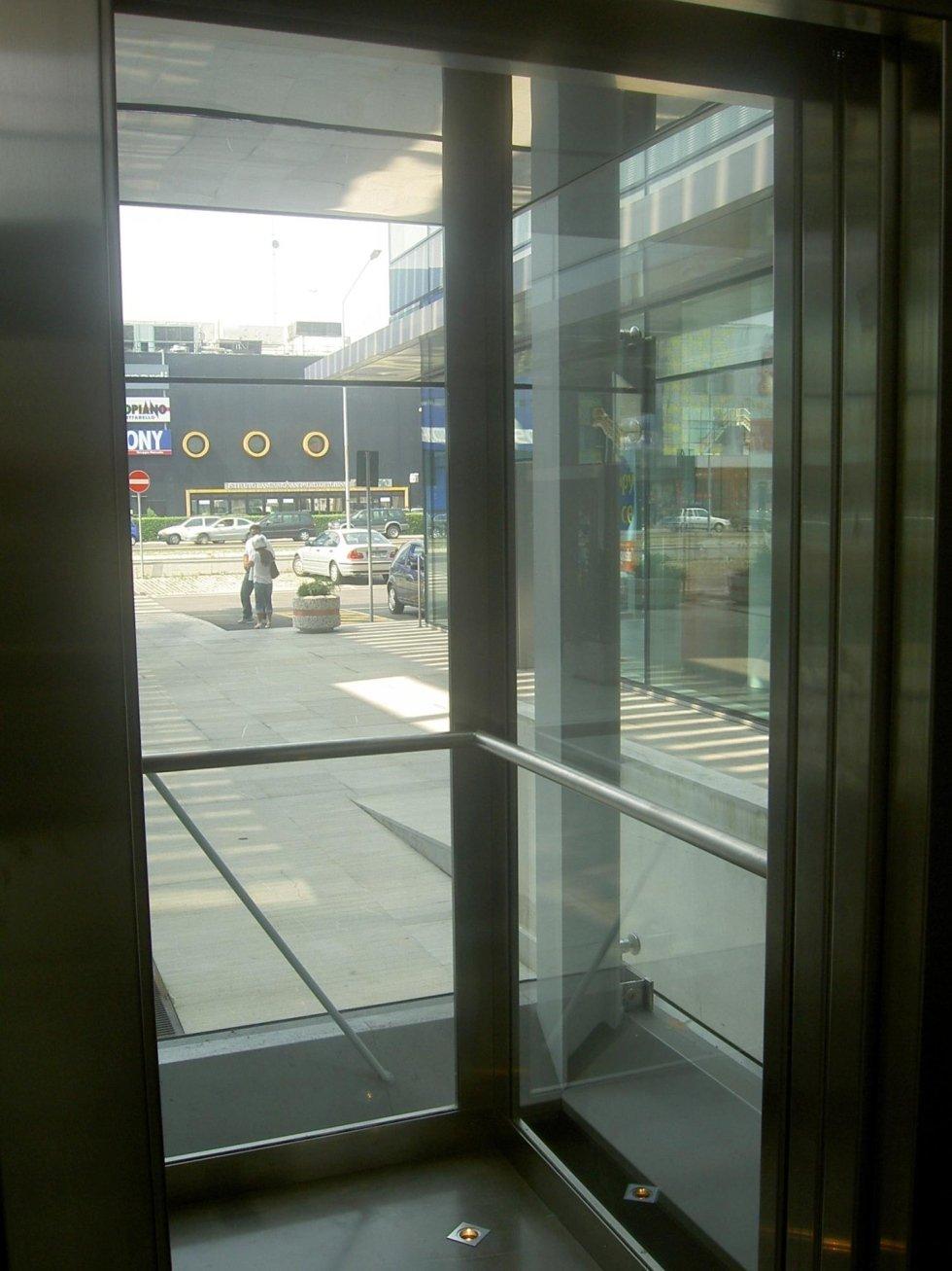 ascensore panoramico, porte in vetro, cabina con pareti in vetro
